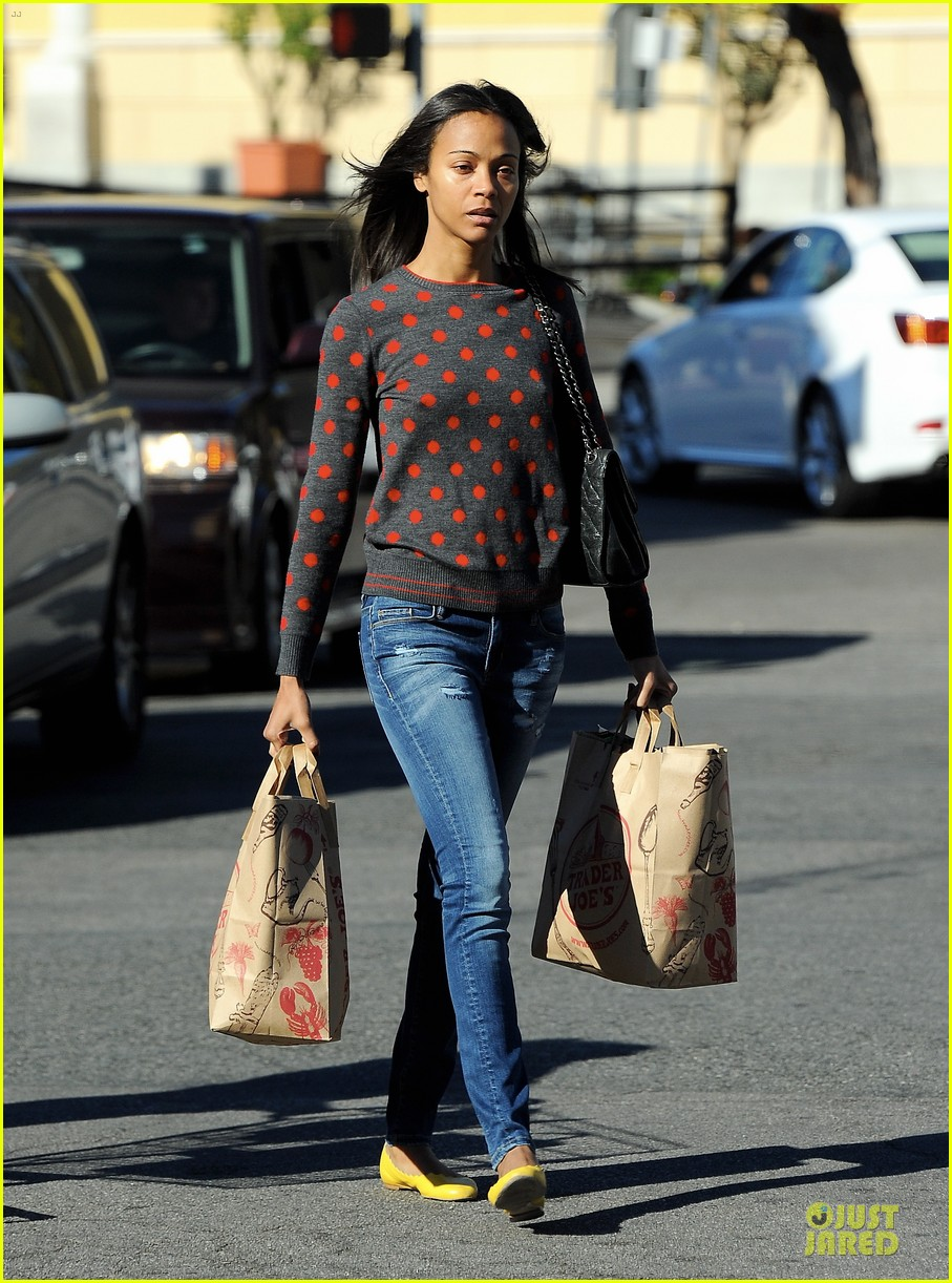 zoe saldana grabs groceries marco perego walks mugsy 142985100