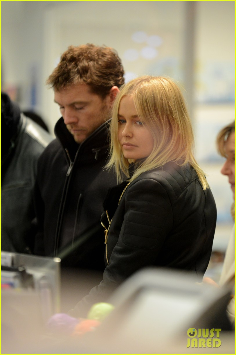 sam worthington lara bingle get romantic for paris vacation 022996050