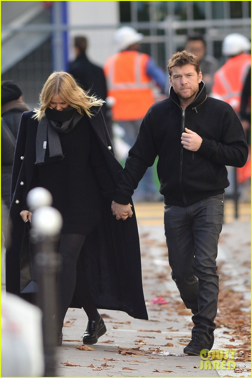 sam worthington lara bingle get romantic for paris vacation 092996057