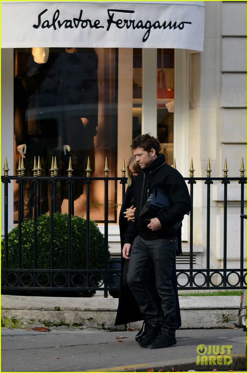 sam worthington lara bingle get romantic for paris vacation 122996060