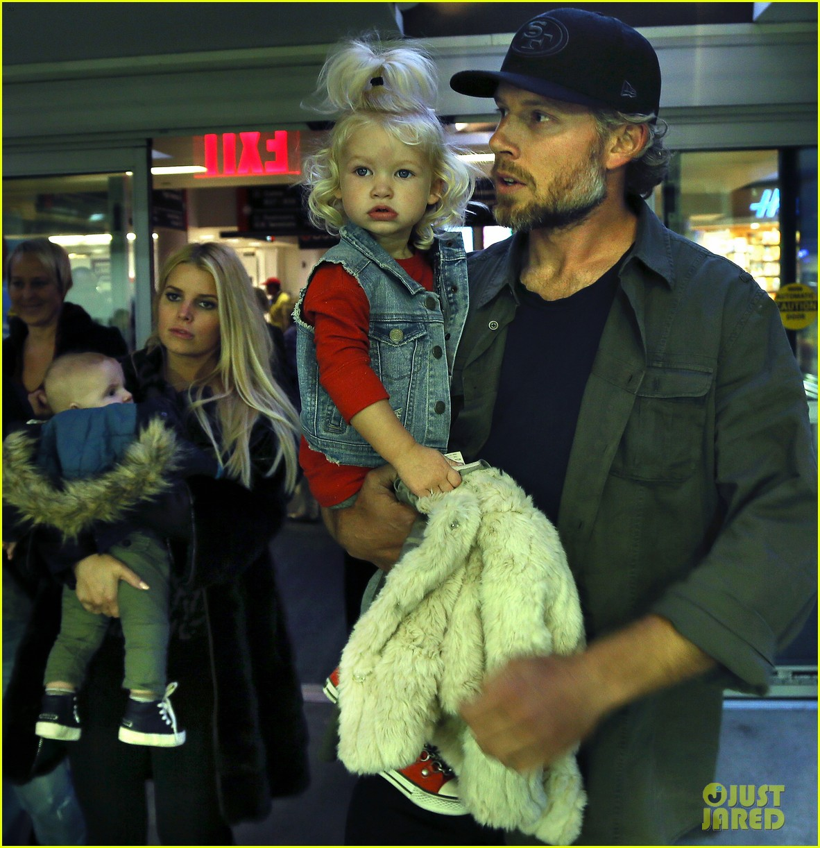 jessica simpson family head to boston for thanksgiving 052999886