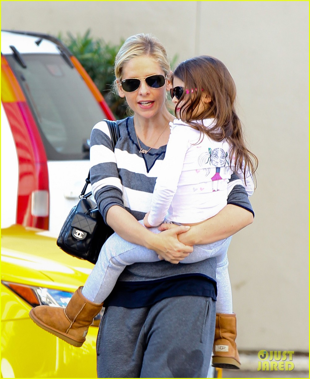 sarah michelle gellar stops at starbucks on thanksgiving 103002167