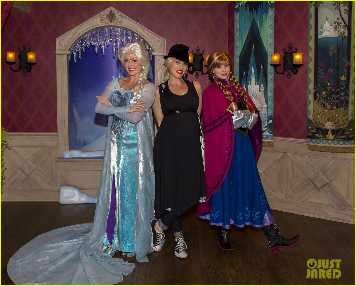 gwen stefani meets frozen characters at disneyland 013000145