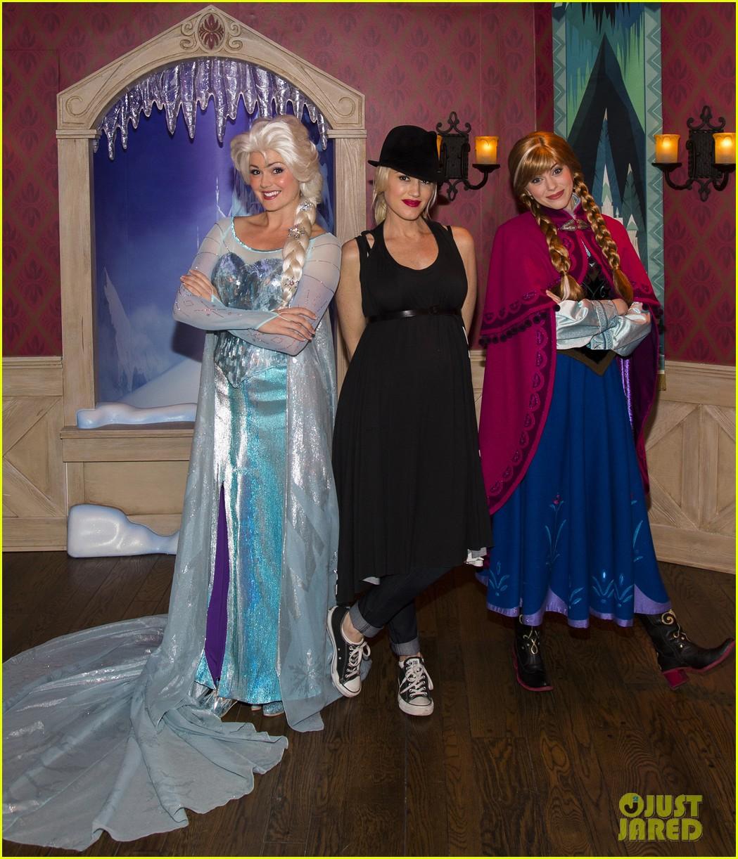 gwen stefani meets frozen characters at disneyland 073000151