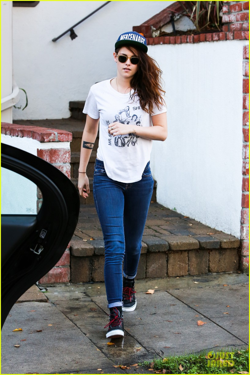 kristen stewart flashes arm tattoo after thanksgiving 07