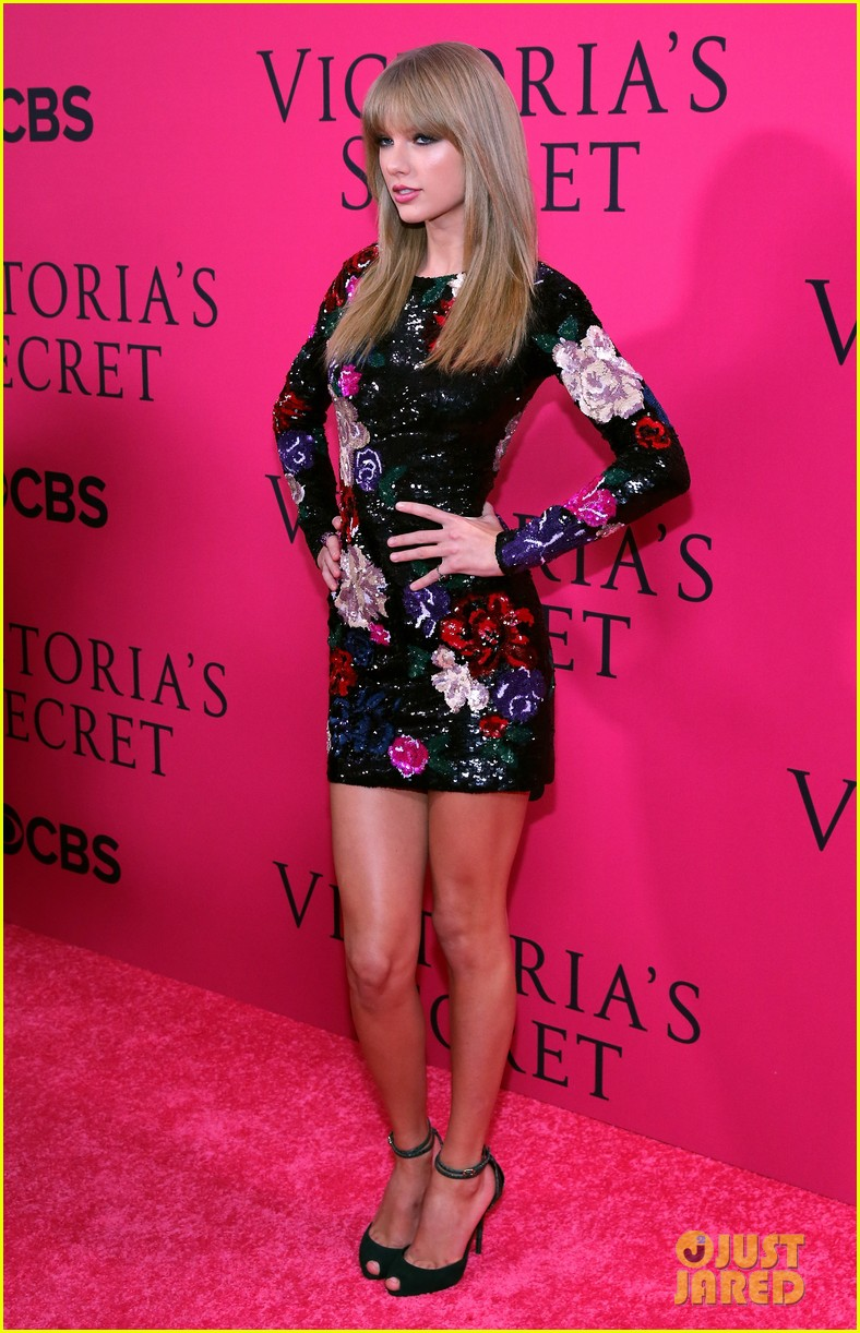 taylor swift victorias secret fashion show 2013 pink carpet 112992083