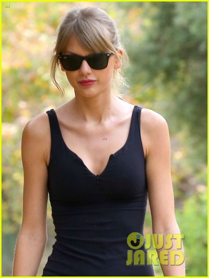 taylor swift pre ama hike beverly hills 022998864