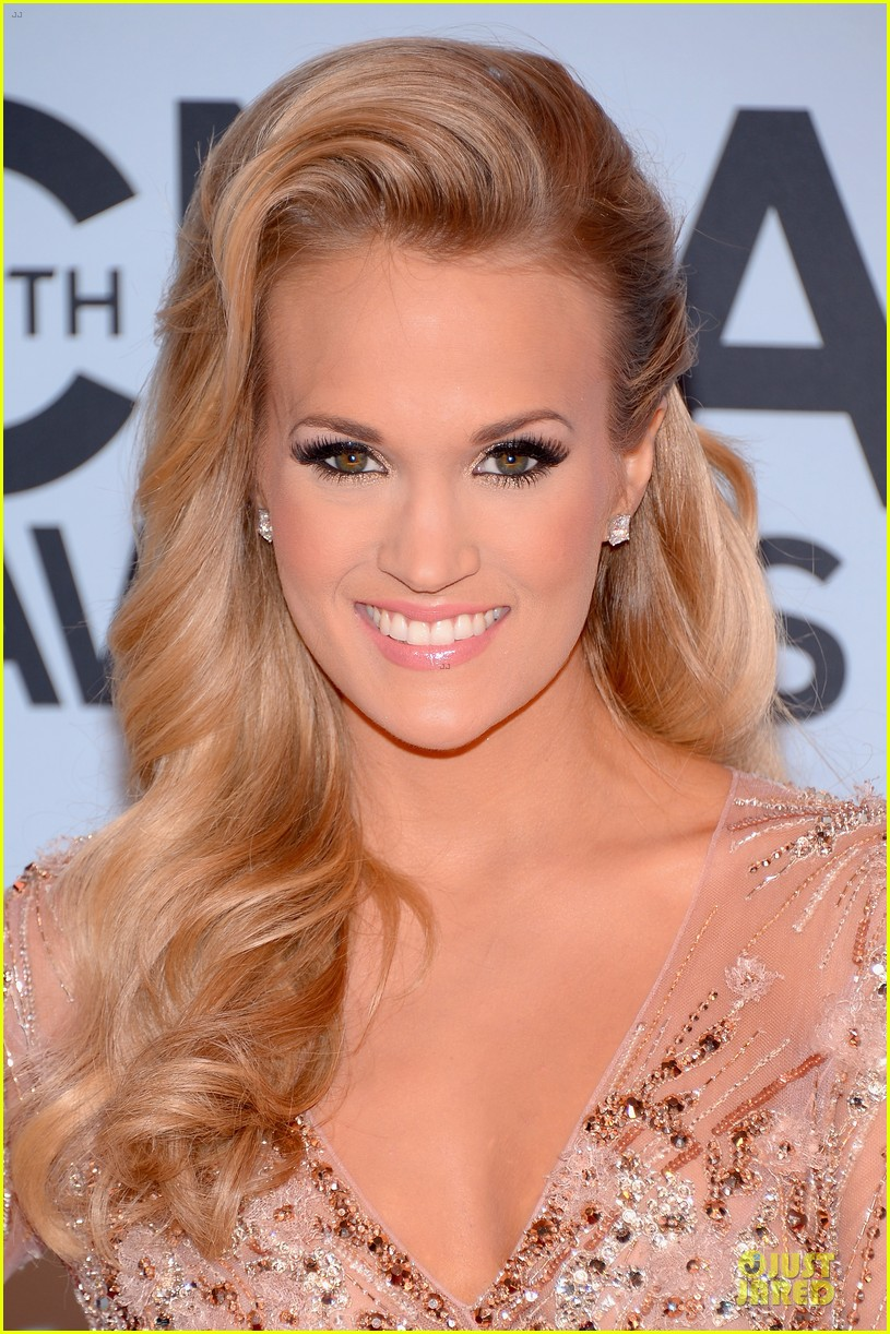 carrie underwood cma awards 2013 red carpet 022987175