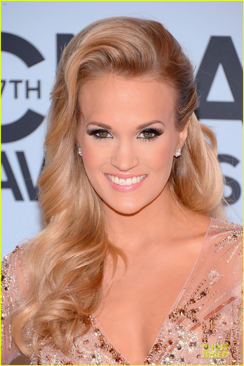 carrie underwood cma awards 2013 red carpet 062987179