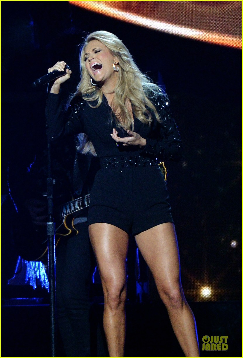 carrie underwood medley performance at cmas 2013 watch now 02