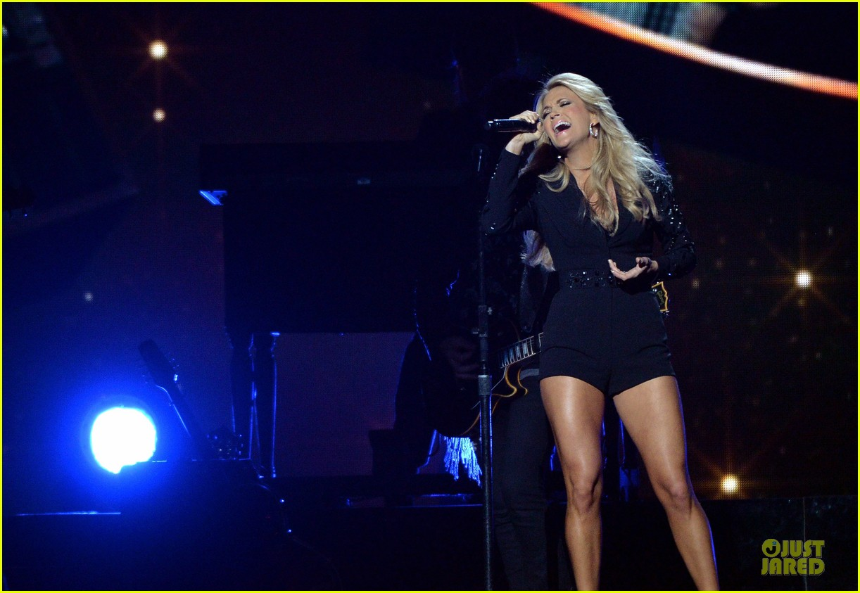 carrie underwood medley performance at cmas 2013 watch now 152987298