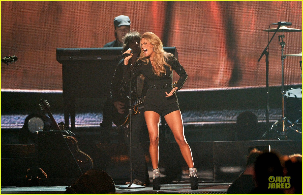 carrie underwood medley performance at cmas 2013 watch now 162987299