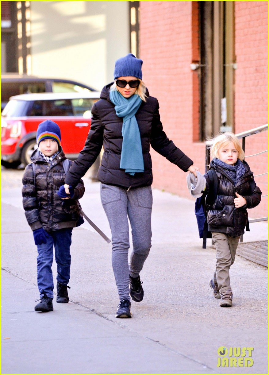 naomi watts braves chilly weather for school walk 102997426