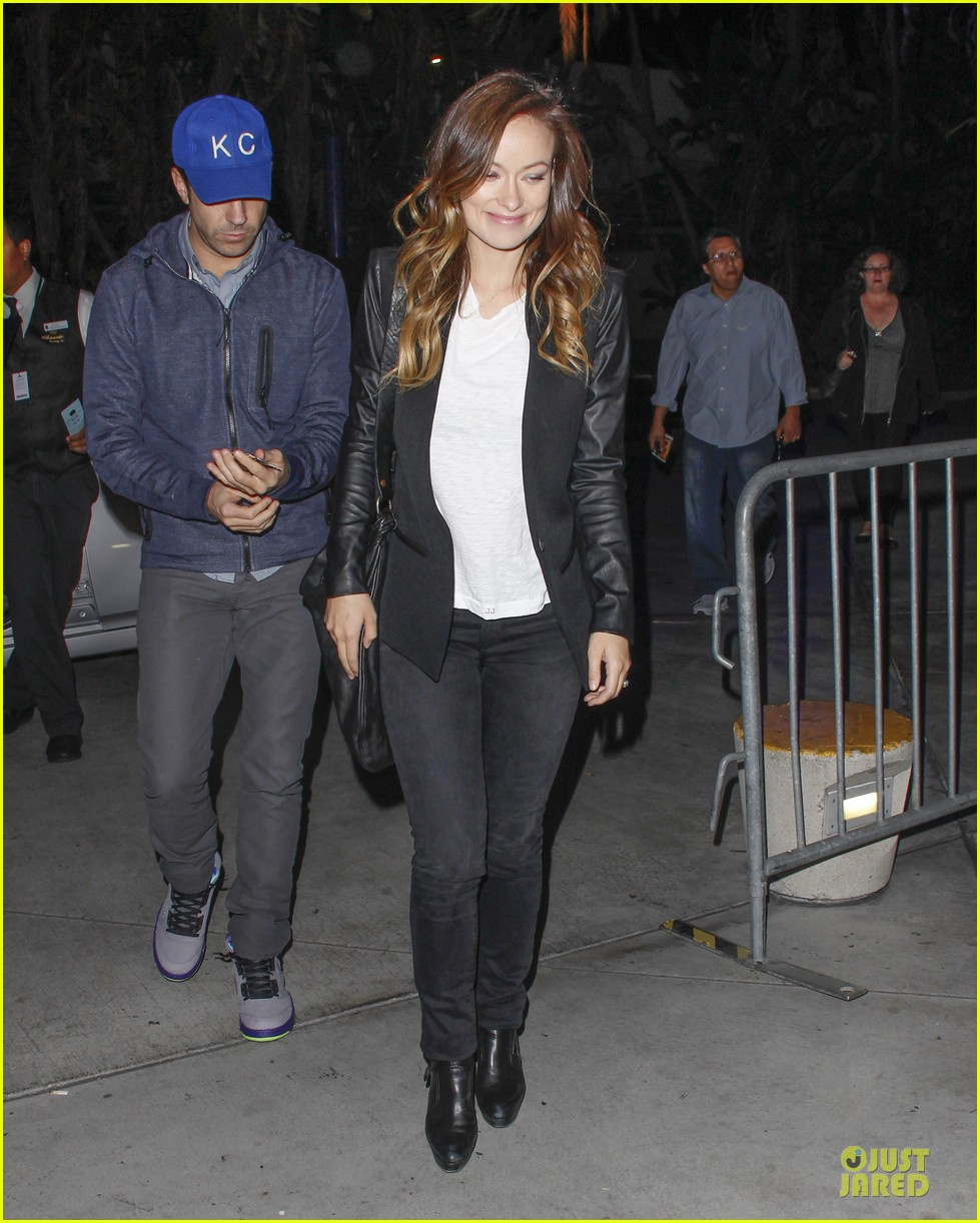 olivia wilde jason sudeikis kissing at lakers game 07