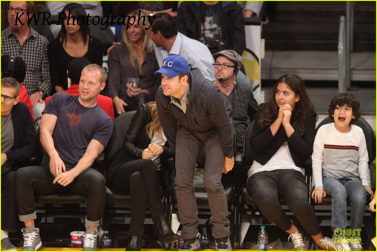 olivia wilde jason sudeikis kissing at lakers game 242985017