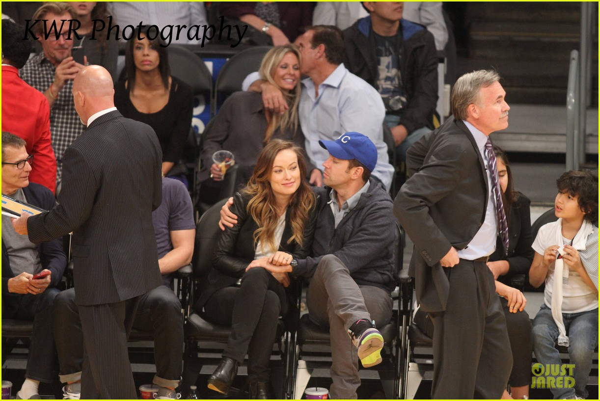 olivia wilde jason sudeikis kissing at lakers game 272985020