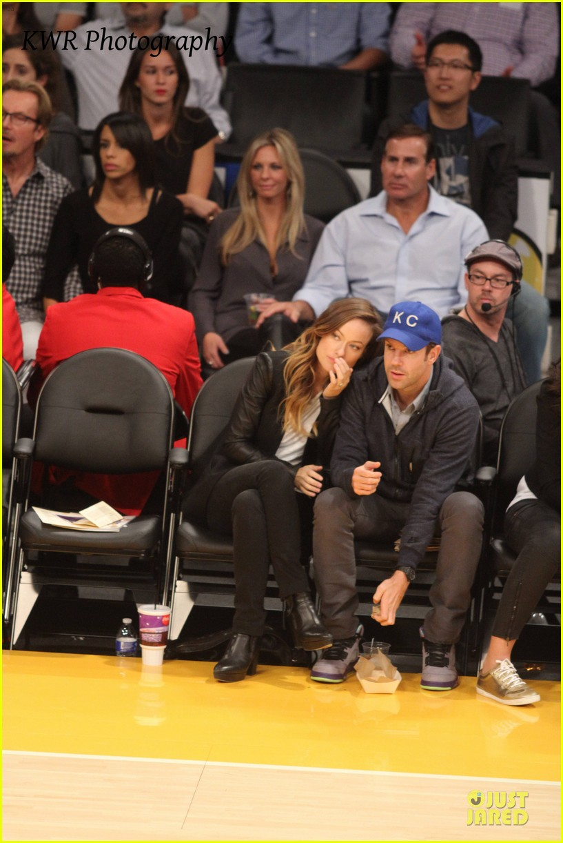 olivia wilde jason sudeikis kissing at lakers game 29