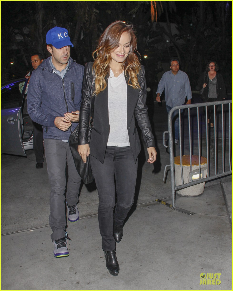 olivia wilde jason sudeikis kissing at lakers game 30