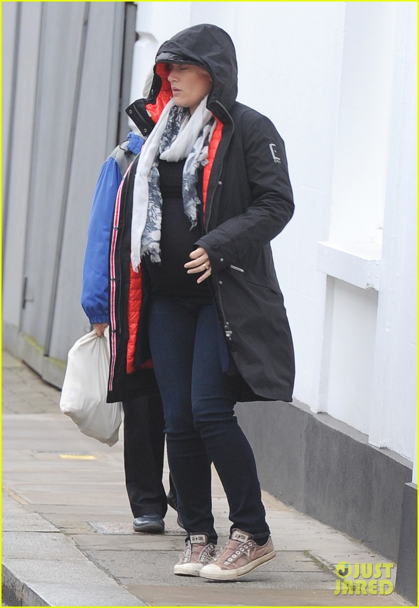 pregnant kate winslet plays peek a boo with her hood 01