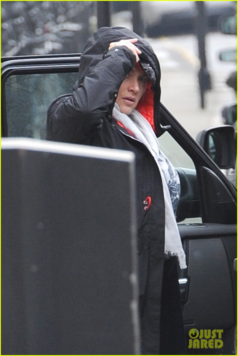 pregnant kate winslet plays peek a boo with her hood 02