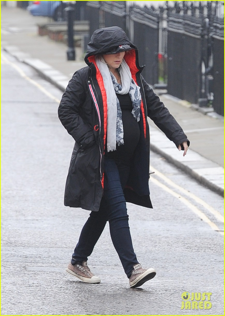 pregnant kate winslet plays peek a boo with her hood 033001255