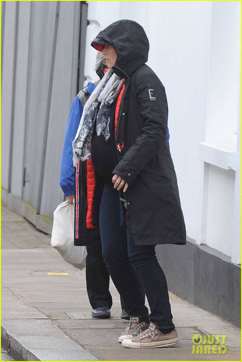 pregnant kate winslet plays peek a boo with her hood 093001261