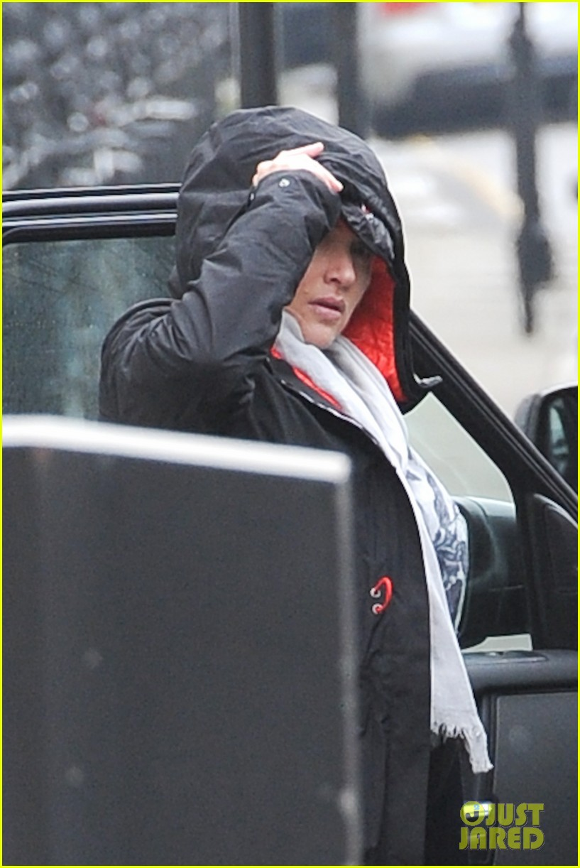 pregnant kate winslet plays peek a boo with her hood 113001263