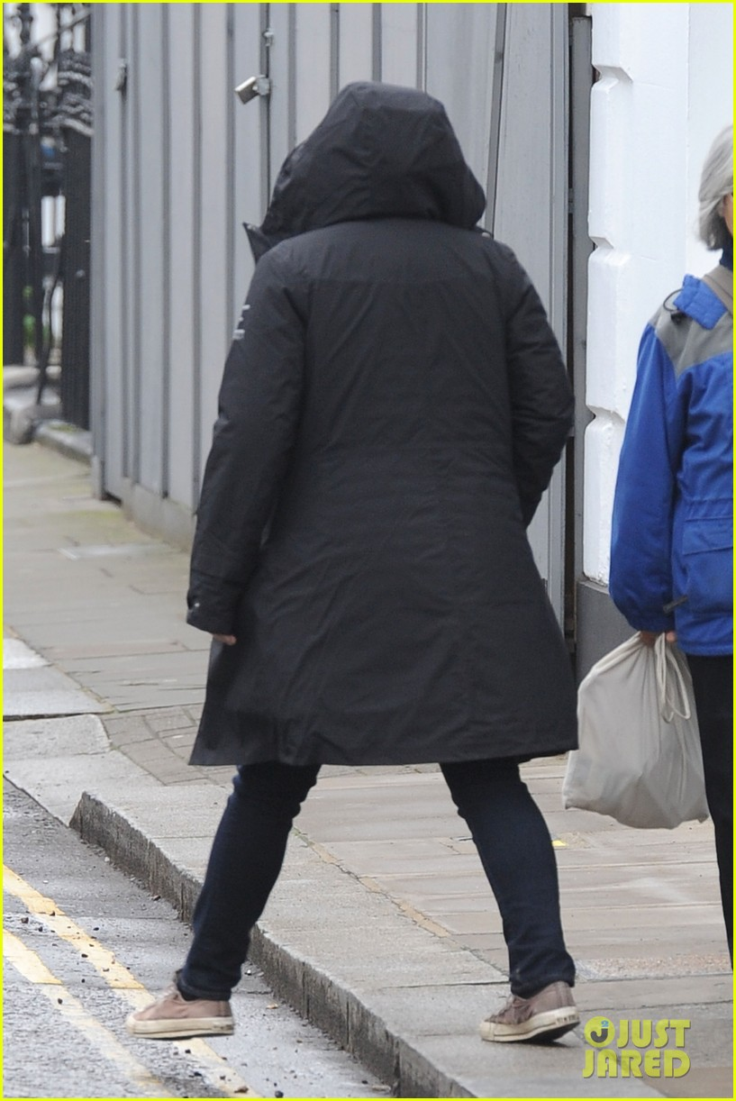 pregnant kate winslet plays peek a boo with her hood 133001265
