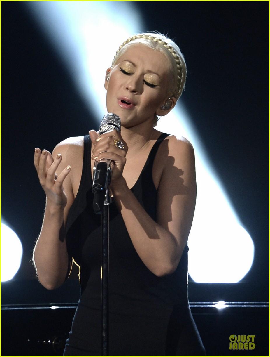 Aguilera en los American Music - Página 3 Christina-aguilera-great-big-world-say-something-amas-2013-performance-video-07