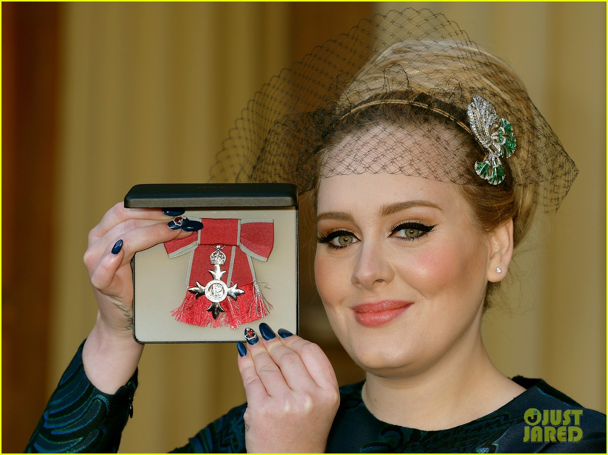 adele receives royal british honor for services to music 043014906