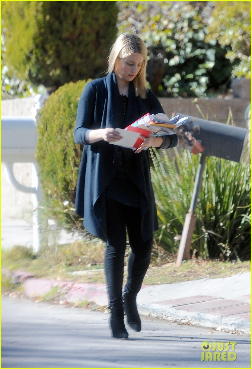 dianna agron recycles her mail after celebrating christmas 023019355