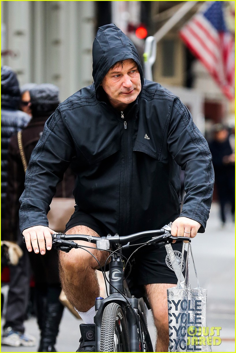 alec baldwin bikes in shorts in freezing new york city 02