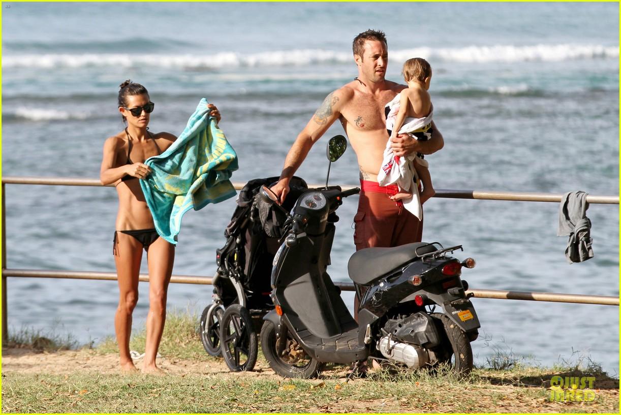 alex oloughlin shirtless beach bonding with maia jones 053012526