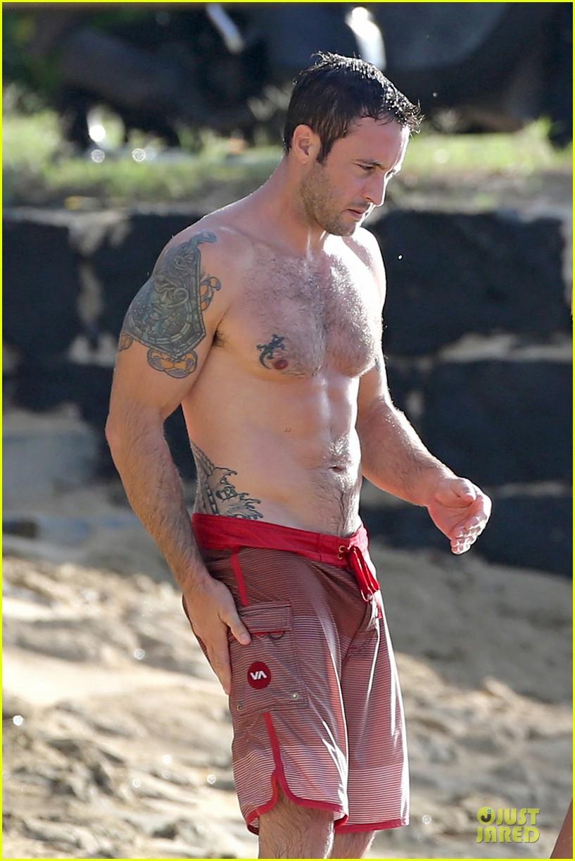 alex oloughlin shirtless beach bonding with maia jones 083012529