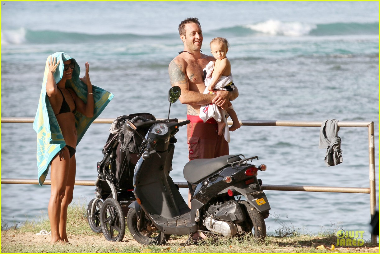 alex oloughlin shirtless beach bonding with maia jones 103012531