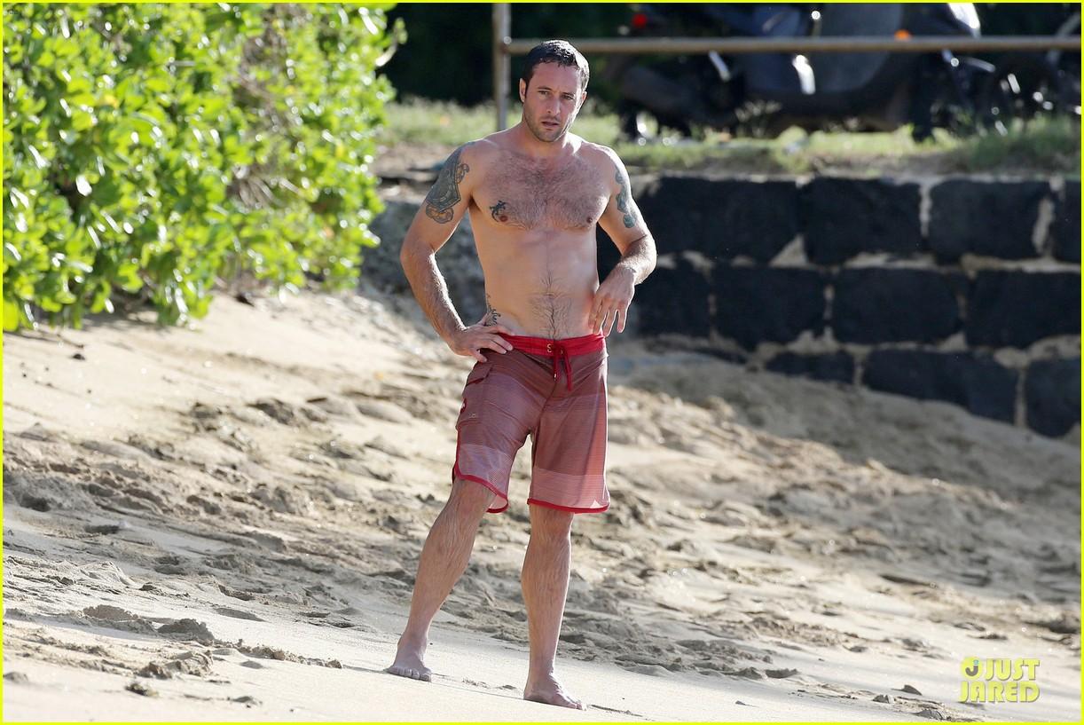 alex oloughlin shirtless beach bonding with maia jones 113012532