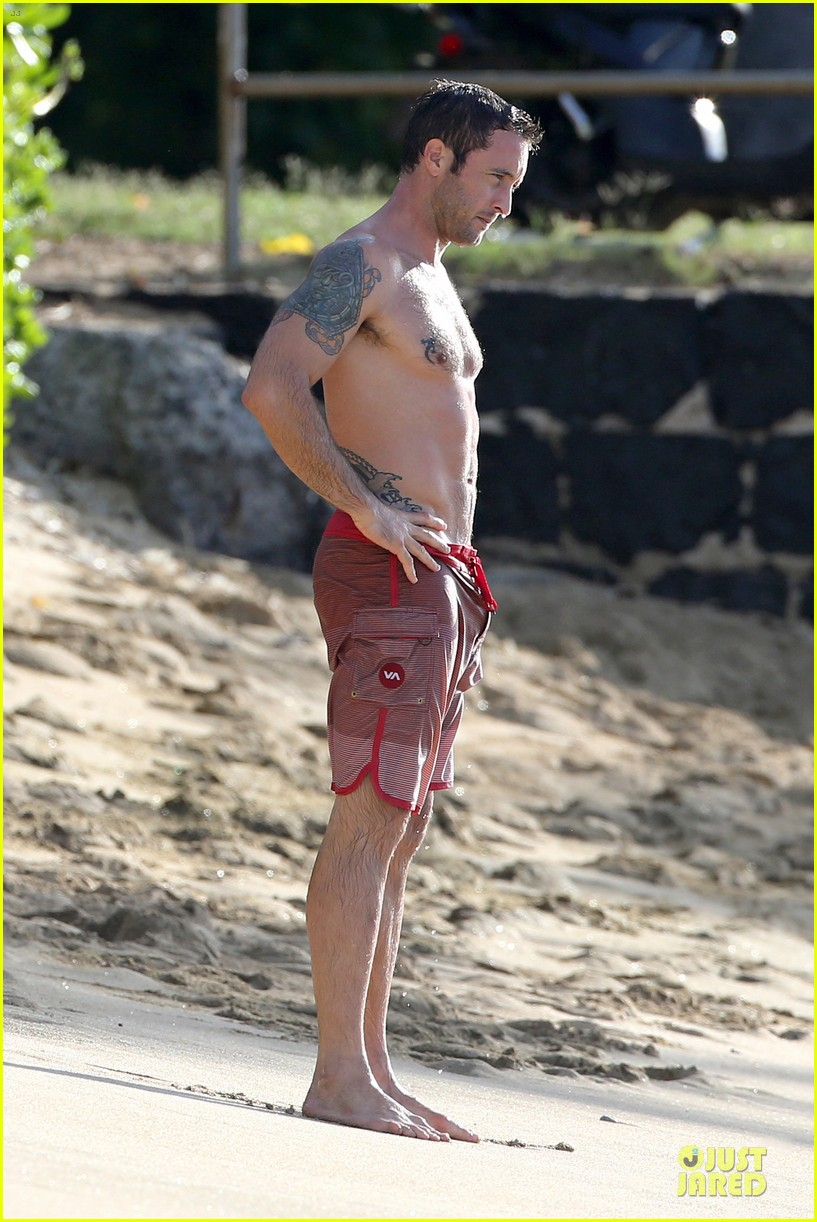 alex oloughlin shirtless beach bonding with maia jones 163012537