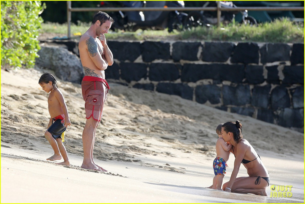 alex oloughlin shirtless beach bonding with maia jones 183012539