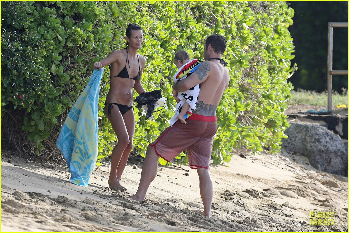 alex oloughlin shirtless beach bonding with maia jones 203012541