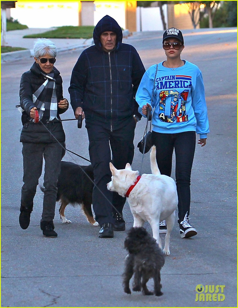 amanda bynes saturday stroll with parents pups 03