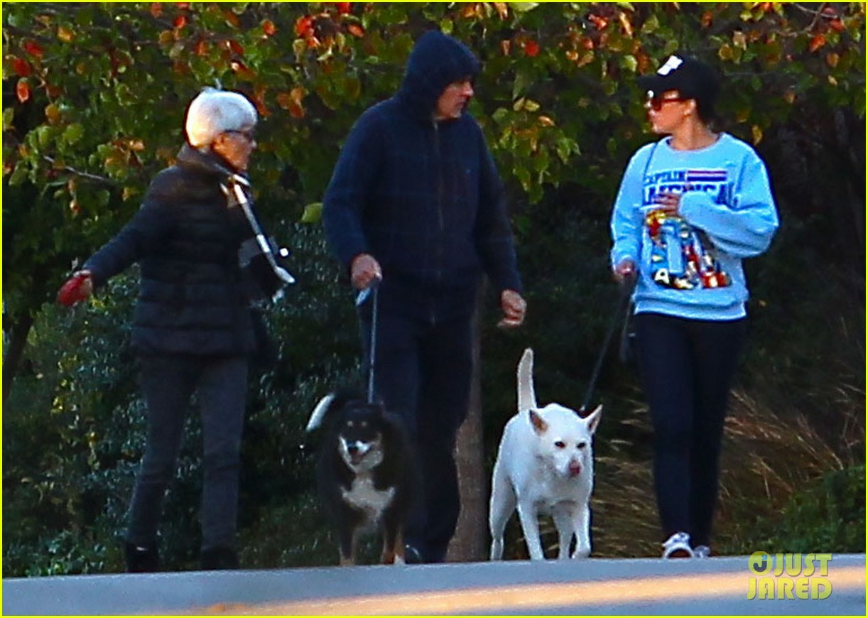 amanda bynes saturday stroll with parents pups 053007585