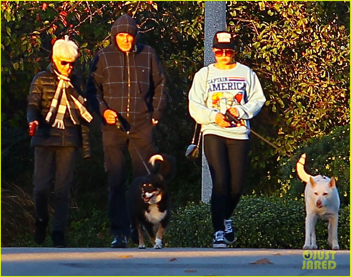 amanda bynes saturday stroll with parents pups 07