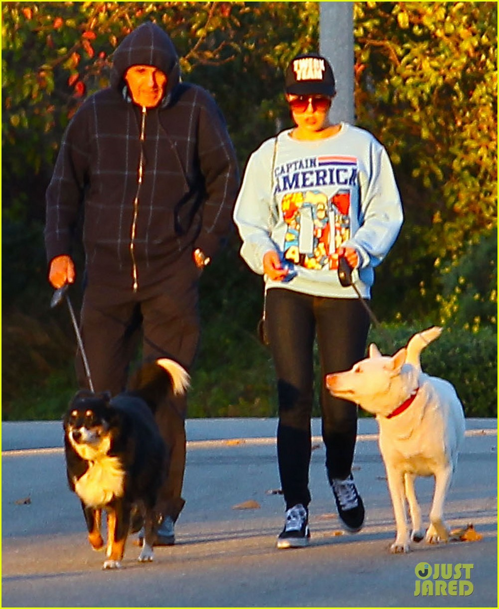 amanda bynes saturday stroll with parents pups 093007589