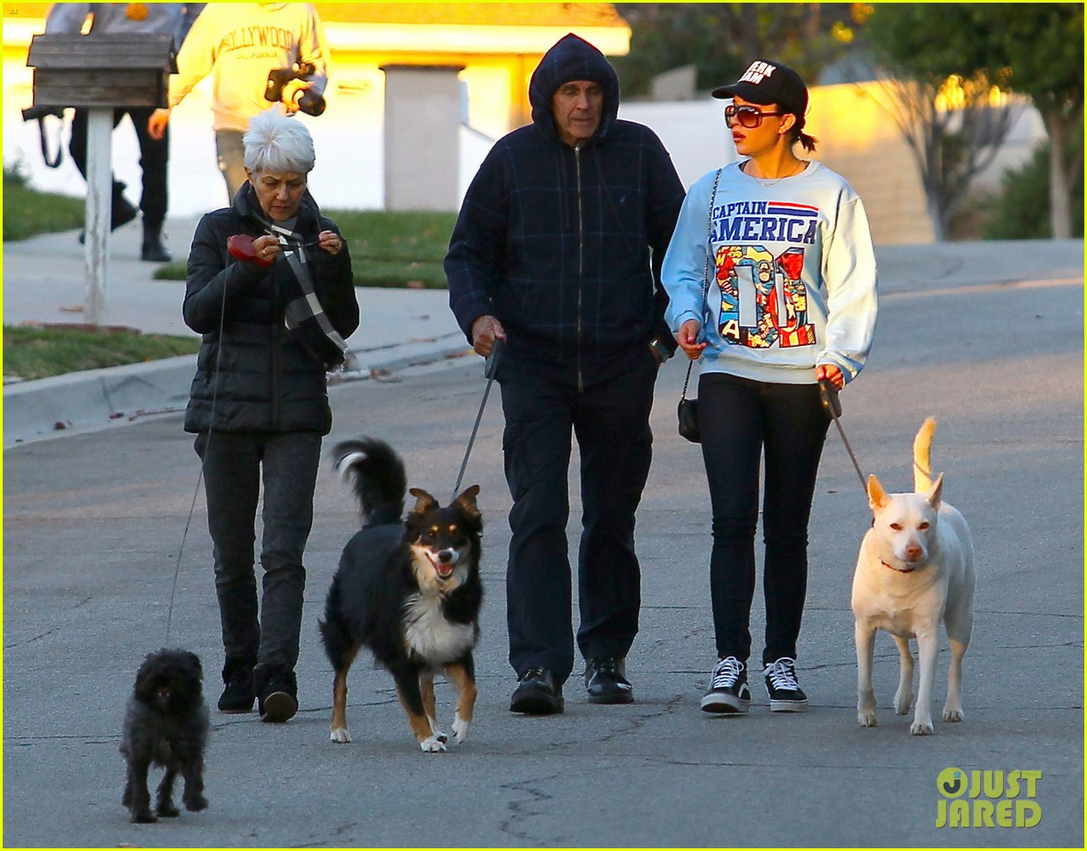 amanda bynes saturday stroll with parents pups 113007591