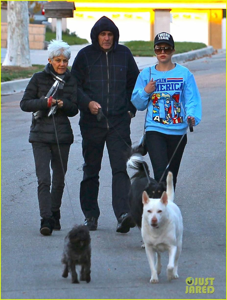 amanda bynes saturday stroll with parents pups 133007593