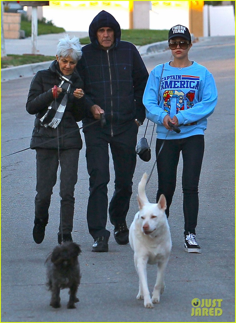 amanda bynes saturday stroll with parents pups 143007594