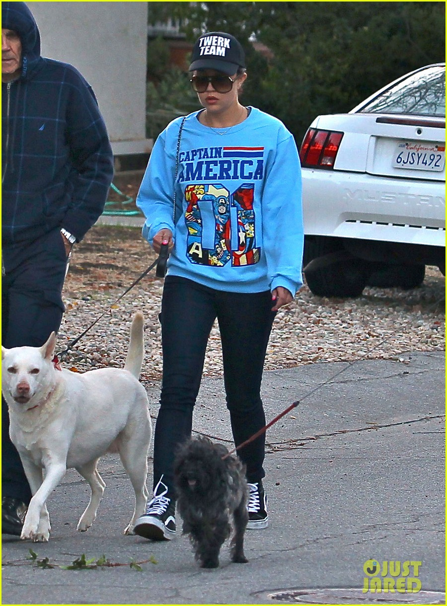 amanda bynes saturday stroll with parents pups 193007599