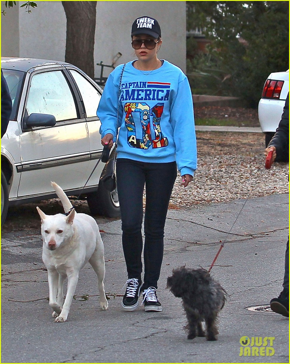 amanda bynes saturday stroll with parents pups 203007600