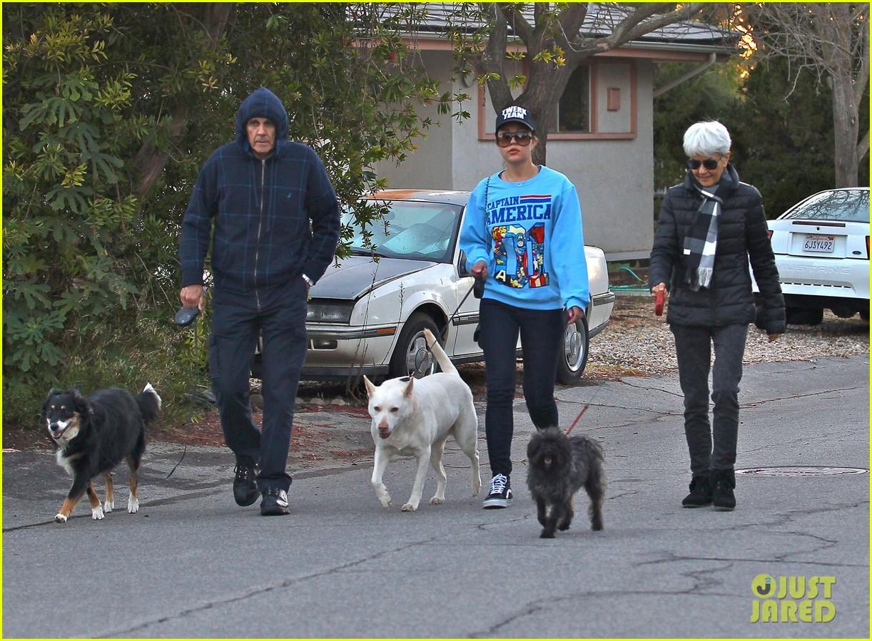 amanda bynes saturday stroll with parents pups 213007601