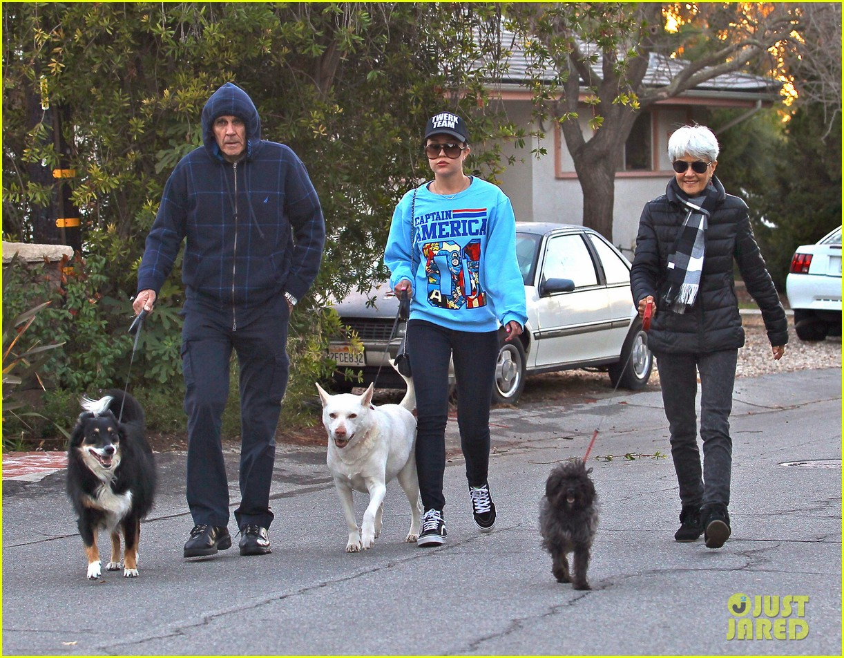 amanda bynes saturday stroll with parents pups 223007602